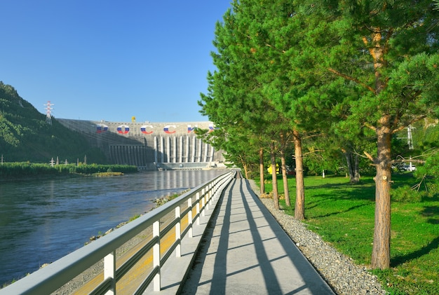 Zapora największej elektrowni wodnej na górskich brzegach rzeki jenisej
