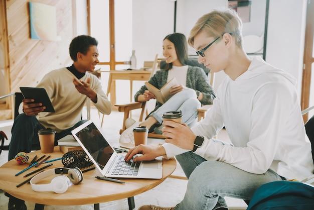 Zapracowani ludzie w biurze pracują razem.