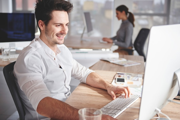 Zapracowani współpracownicy w miejscu pracy