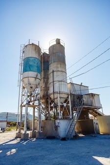 Zaprawa murarska, cementownia, sklep do produkcji wyrobów betonowych i żelbetowych. używany, zardzewiały i zakurzony