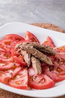 Zaprawiony pomidor z melwą gotowy do spożycia. hiszpańskie danie restauracyjne