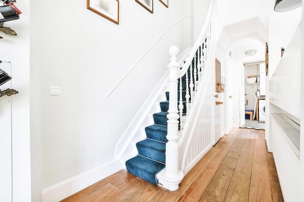 Zaprojektowana w minimalistycznym stylu klatka schodowa w nowoczesnym domu