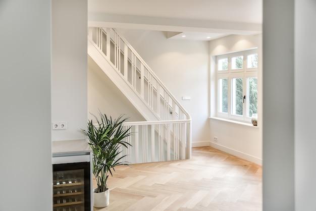 Zaprojektowany w minimalistycznej hali ze schodami. wnętrze hali schodowej luksusowego domu