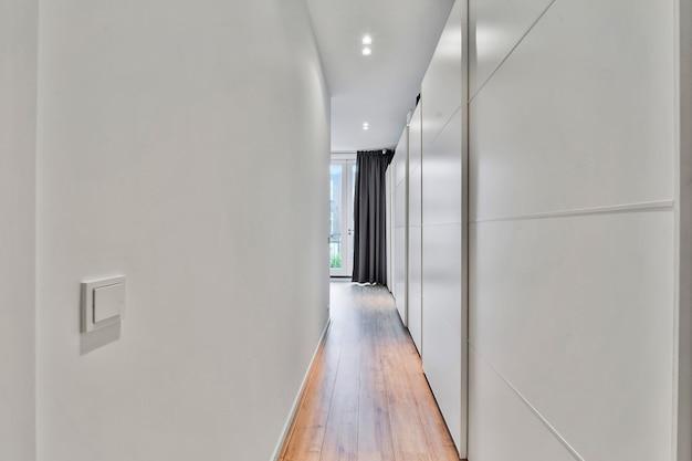 Zaprojektowany w minimalistycznym stylu długi korytarz