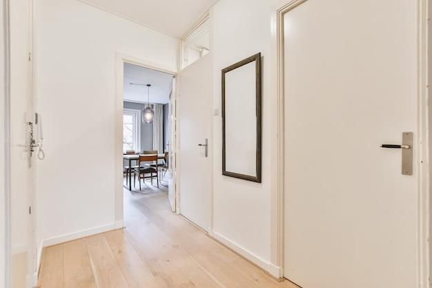 Zaprojektowany w minimalistycznym stylu wnętrza przedpokoju