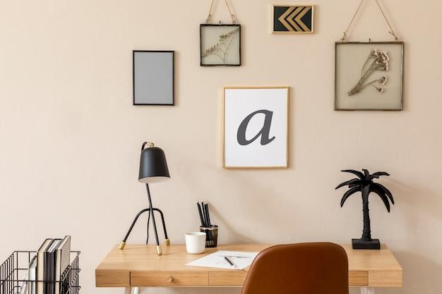 Zaprojektuj skandynawskie wnętrze domowej przestrzeni biurowej z dużą ilością makiet ramek na zdjęcia, drewnianego biurka, brązowego krzesła, lampy stołowej, akcesoriów biurowych i osobistych. stylowy neutralny wystrój domu. szablon.