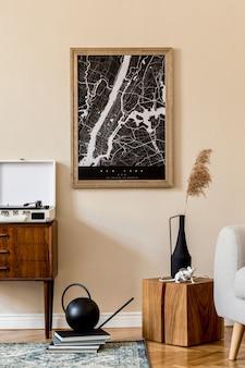 Zaprojektuj skandynawskie wnętrze salonu z mapą plakatową, stylową drewnianą komodą, kostką, kwiatkiem w wazonie i eleganckimi dodatkami. beżowa ściana. nowoczesny home staging. . japoniadi.