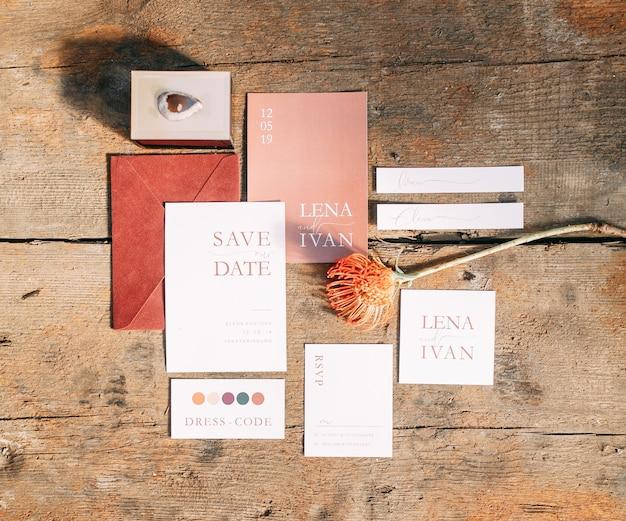 Zaproszenia ślubne grafika ozdobna na ceremonię ślubną pocztówki z elementami marsala