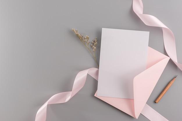 Zaproszenia ślubne makieta koncepcji. widok z góry, mieszkanie leżał z miejsca na kopię
