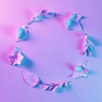 Zaproszenie i obramowane surrealistyczne światło jako idea retro i przyszłości. współczesne oświetlenie jasne tło naturalnych liści w świetle neonowym.
