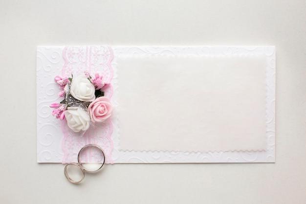 Zaproszenie i pierścionki zapisują koncepcję ślubu daty