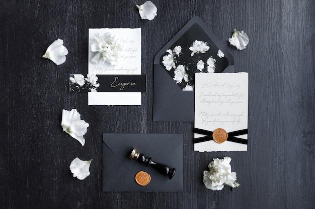 Zaproszenie na ślub modne czarne tło z płatkami kwiatów zestaw ciemnego nadruku ślubnego