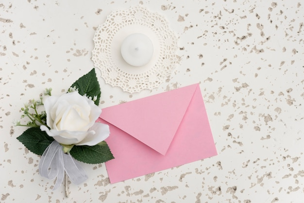 Zaproszenie na ślub z dekoracją białego kwiatu