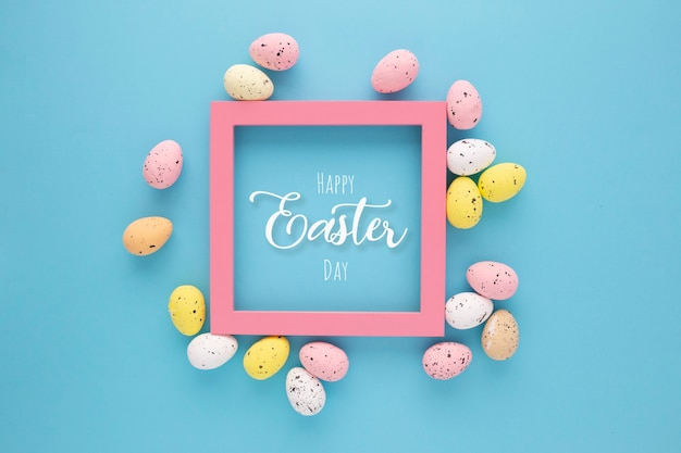 Zaproszenie wielkanocne z jajkami z różową ramką na niebieskim tle