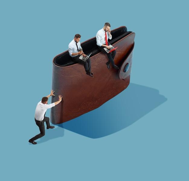Zarabianie pieniędzy nie jest takie proste wysoki kąt widzenia kreatywnego nowoczesnego biura na niebieskim tle