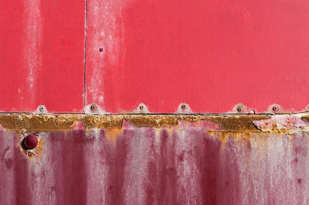 Zardzewiała i porysowana czerwona ściana