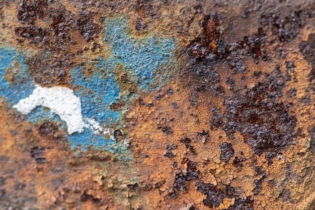 Zardzewiała metalowa powierzchnia ze skórką farby