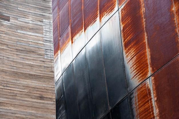 Zardzewiała powierzchnia budynku w mieście