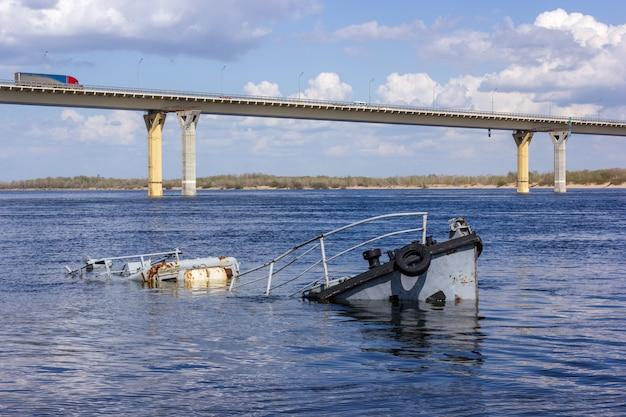 Zardzewiała zatopiona łódź w niebieskiej rzece