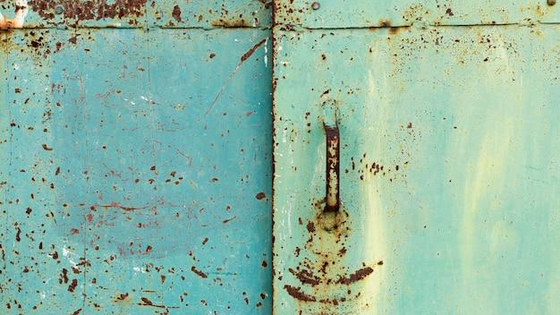Zardzewiałe, metalicznie niebieskie drzwi