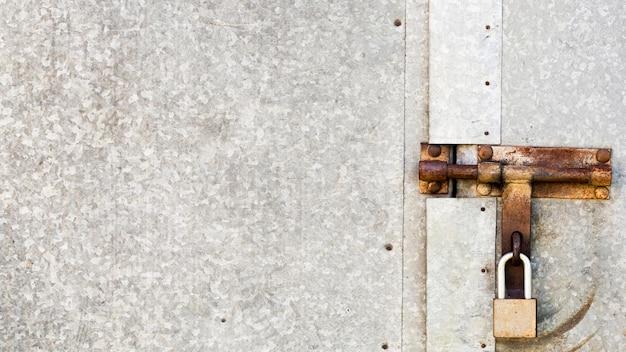 Zardzewiałe metalicznie szare drzwi z klawiaturą