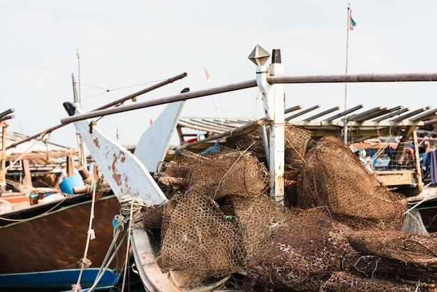 Zardzewiałe metalowe sieci rybackie