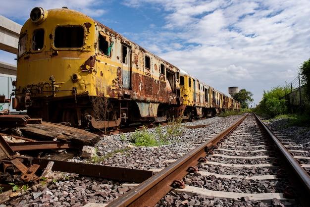 Zardzewiały pociąg zatrzymał się przy szopie. do wykorzystania w szkoleniu edukacji