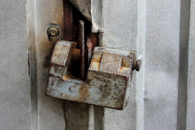 Zardzewiały zamek drzwi