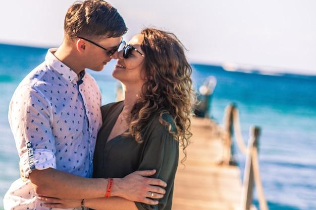 Zaręczona para na plaży w bayahibe na dominikanie
