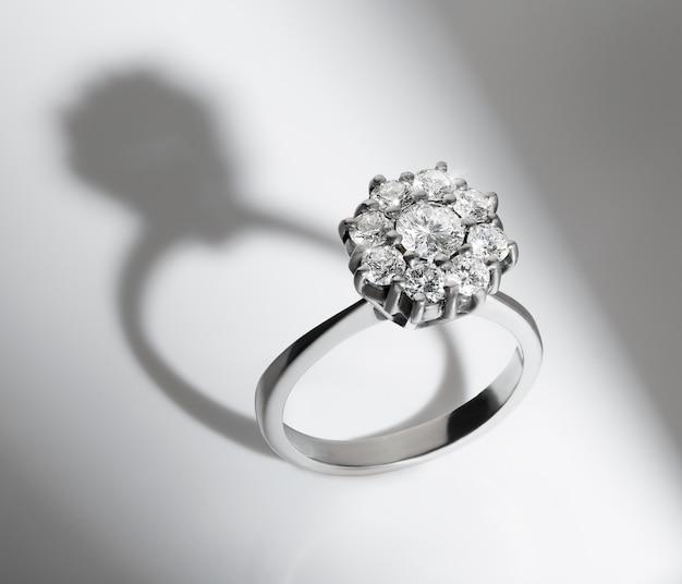 Zaręczynowy diamentowy pierścionek na białym tle