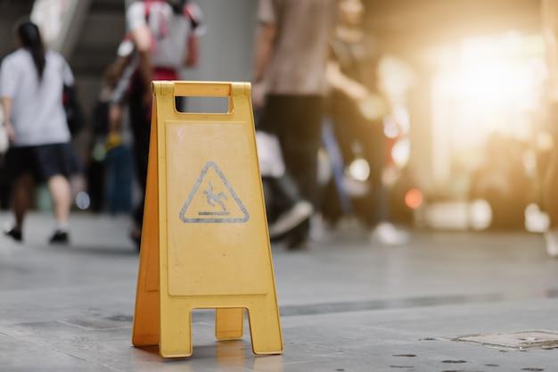 Zarejestruj wyświetlone ostrzeżenie o ostrożność mokro piętrze whitin lotnisko