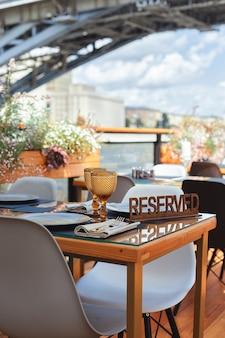 Zarezerwowany znak stolika w restauracji na letnim tarasie