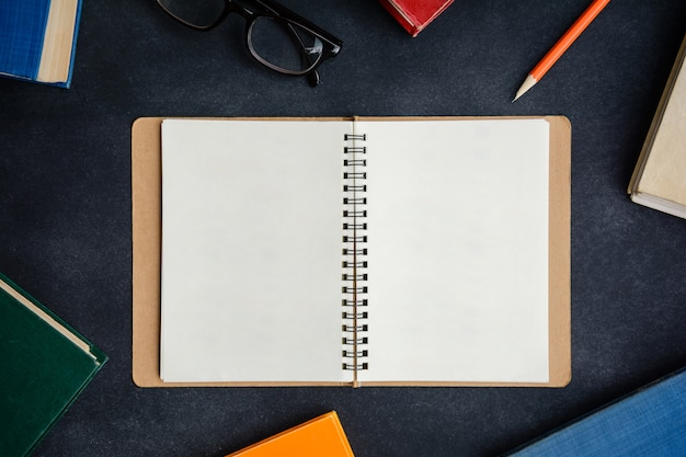 Zarezerwuj okulary i ołówek na biurku