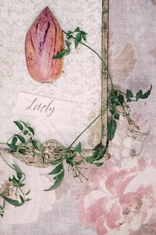 Zarezerwuj wystrój ślubu, napis miłość, gałązki bluszczu na tle tkaniny