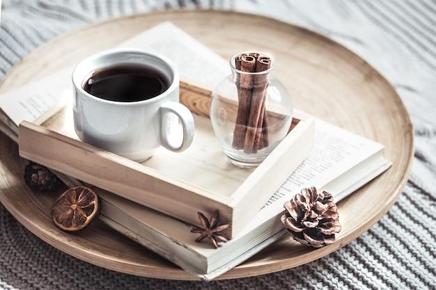 Zarezerwuj z filiżanką kawy na łóżku