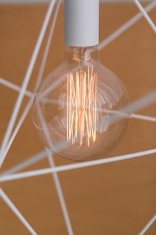 Żarówka edisona i lampa w nowoczesnym stylu. lampka żarówki o ciepłym odcieniu.