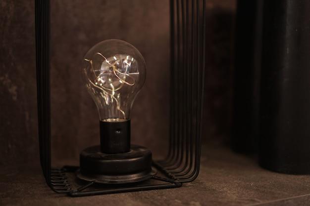 Żarówka edisona na stojaku. jedna stara lampa dekoracyjna do wnętrz loftowych i industrialnych
