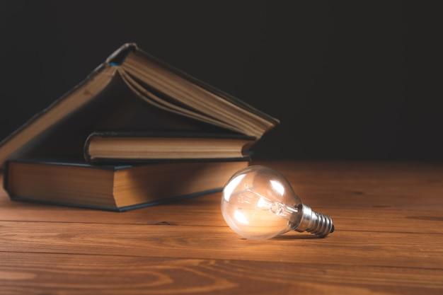 Żarówka i książka na stole nowe pomysły