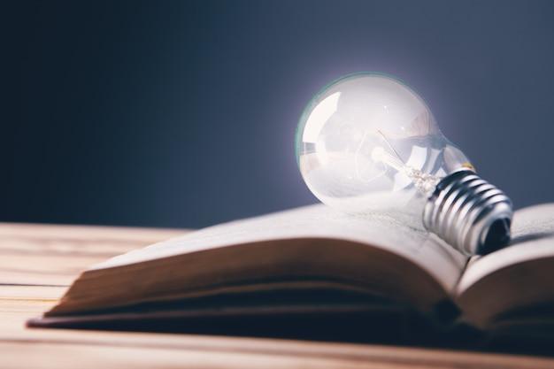 Żarówka i książka. pomysł z książki from