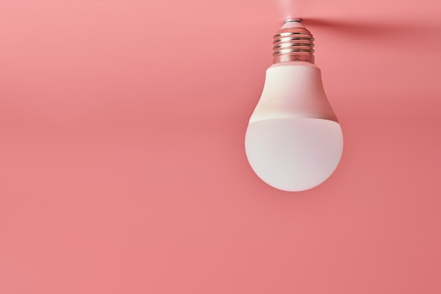 Żarówka, lato. energooszczędny minimalny pomysł .różowy.