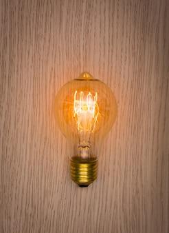 Żarówka na drewnianym stole