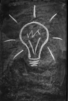 Żarówka narysowana na tablicy