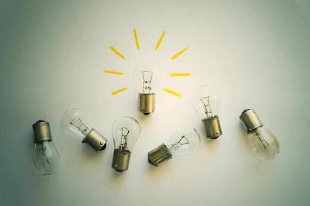 Żarówka z promieniami. koncepcja - pomysł, innowacja, koncepcja biznesowa, inspiracja kreatywnością. stonowany.