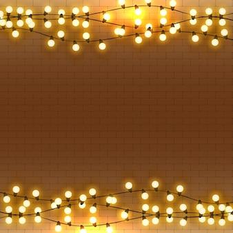 Żarówki realistyczne retro girlanda tło ze świecącymi światłami na białej ścianie z cegły