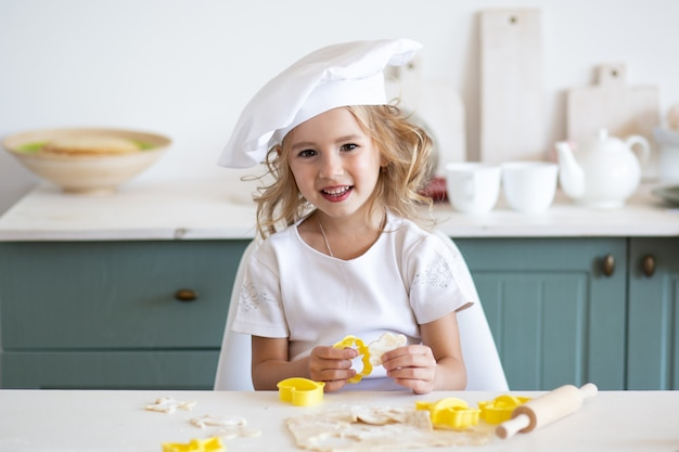 Żartuje dziewczyny narządzania jedzenie w kuchni w domu