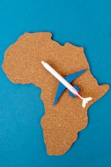 Zarys kontynentu afrykańskiego i samolotu.