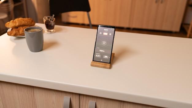 Zarządzanie oświetleniem wnętrza domu za pomocą urządzenia mobilnego. telefon z ekranem dotykowym późno w nocy z technologią zmiany oświetlenia w domu.