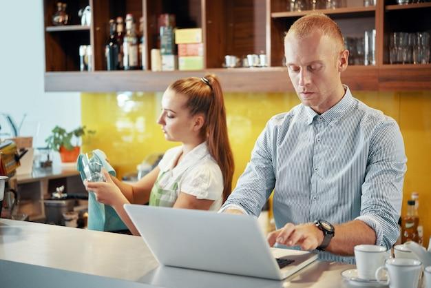 Zarządzanie pracą w coffeeshopie