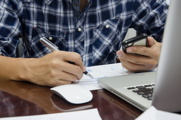 Zarządzanie przedsiębiorstwem i laptop