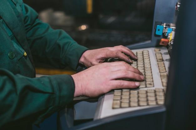 Zarządzanie sprzętem laserowym i zakładem produkującym konstrukcje i maszyny metalowe